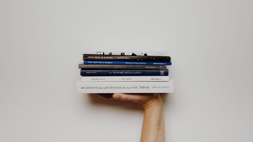 本を持つ手
