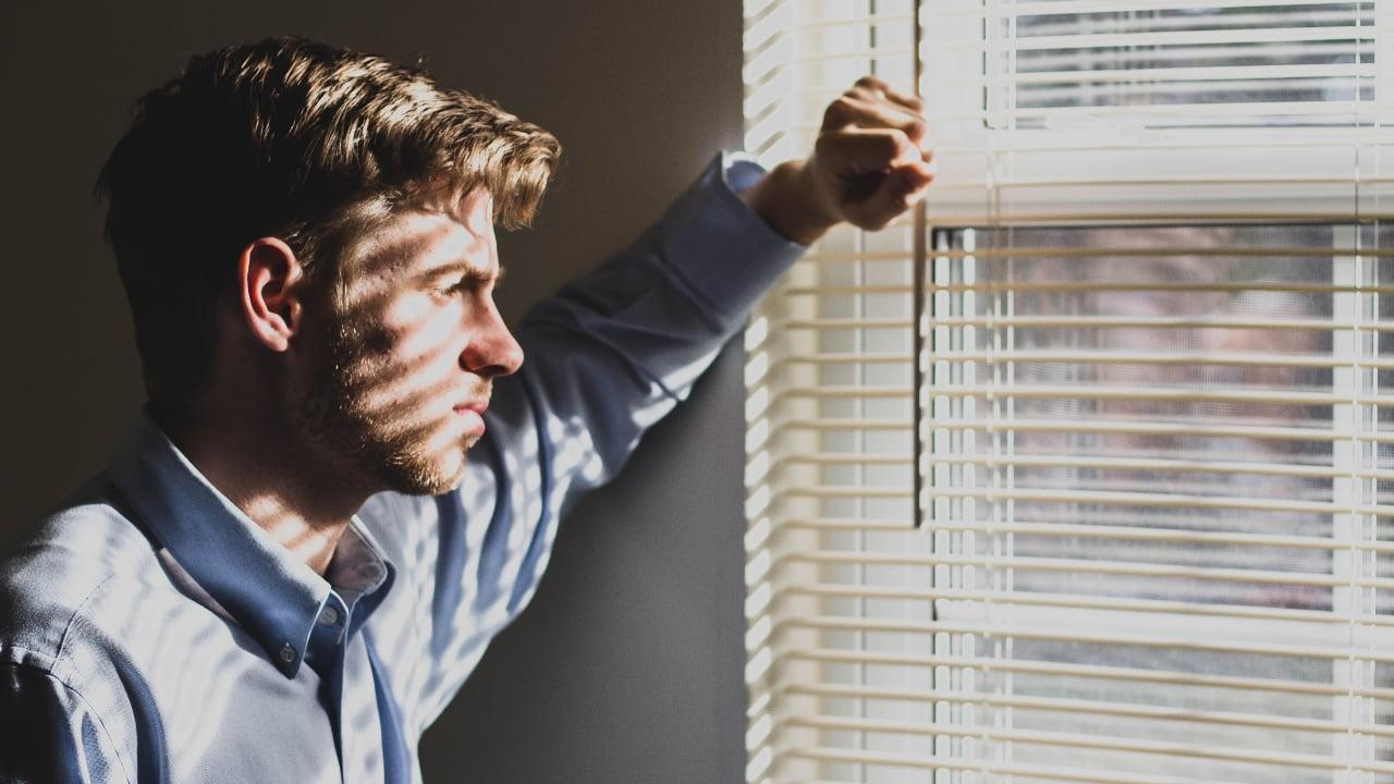 窓を見る男性