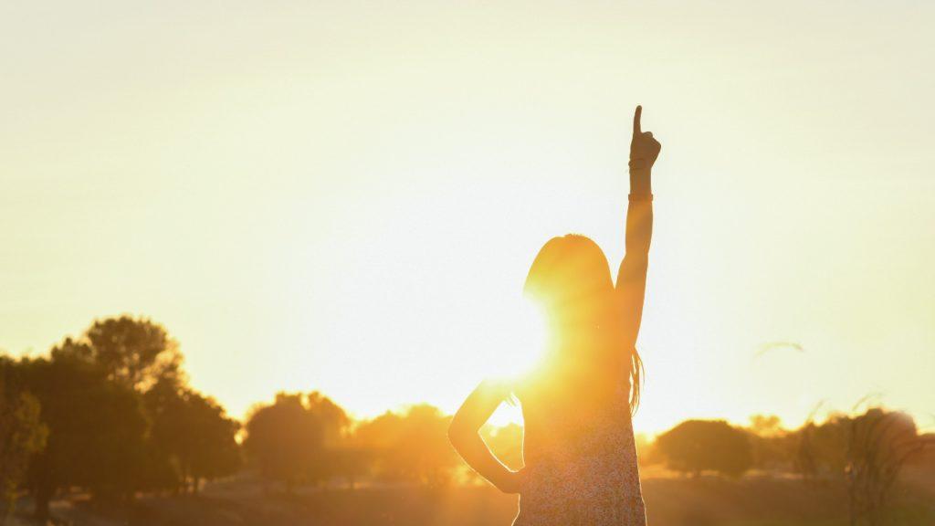 日光を浴びる少女
