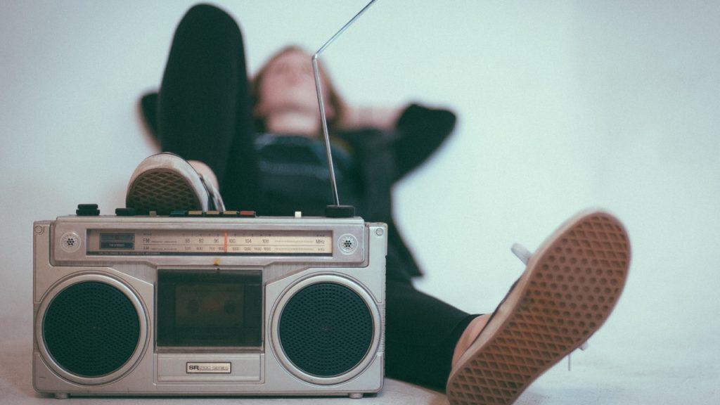 ラジオに足を乗せる女性